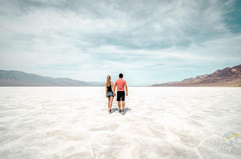 USA-Roadtrip -Wanderund im Badwater Basin im Death Valley, Kalifornien