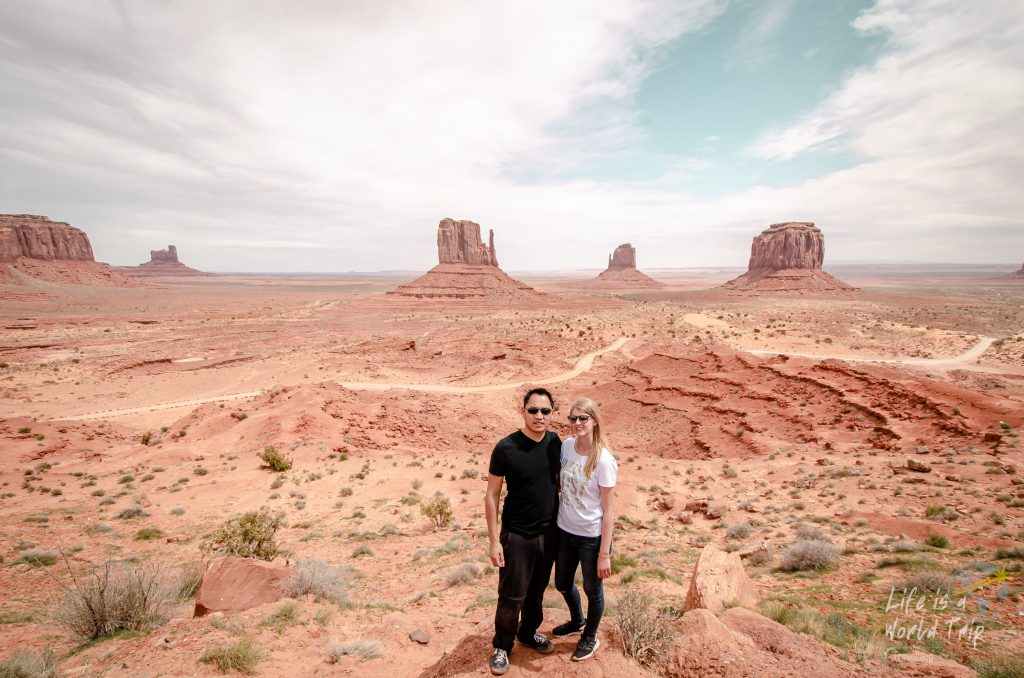 Life is a World Trip im Monument Valley mit Blick auf die 3 Monuments
