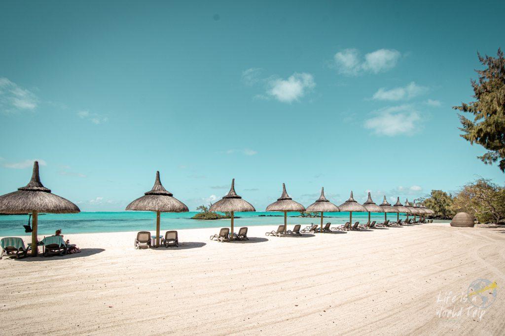 Life is a World Trip - weißer Sandstrand und türkisblaues Meer auf Île aux Cerfs